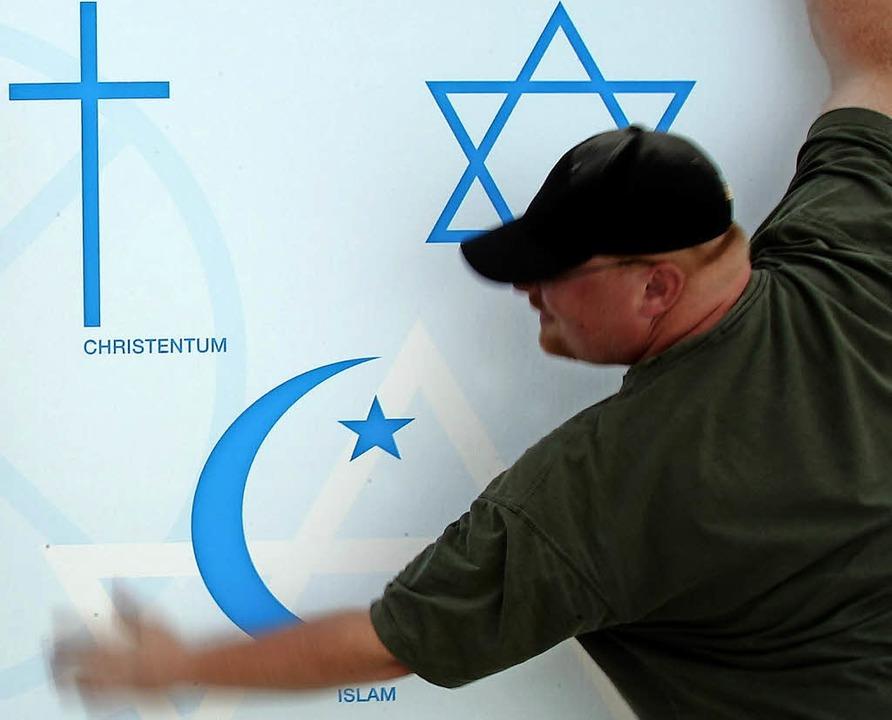 Kreuz, Halbmond und Davidstern: Abraha... für Christentum, Islam und Judentum.   | Foto: dpa