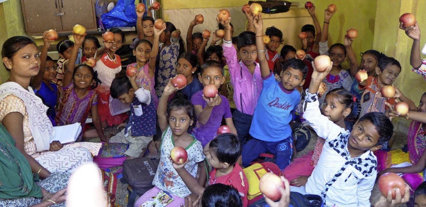 Mit den Spenden wurde auch Obst für Schulkinder gekauft.   | Foto: Privat