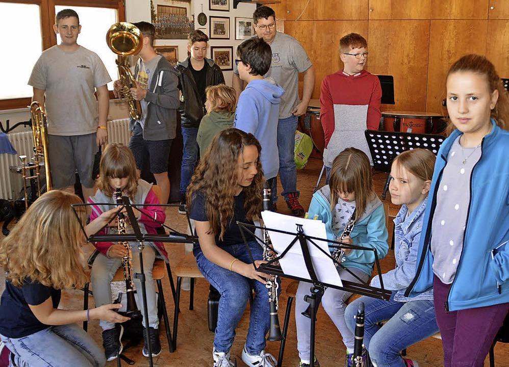 Zuhören, berühren, spielen: Beim Schnu...en Klang vieler Blasmusikinstrumente.     Foto: Steinfelder