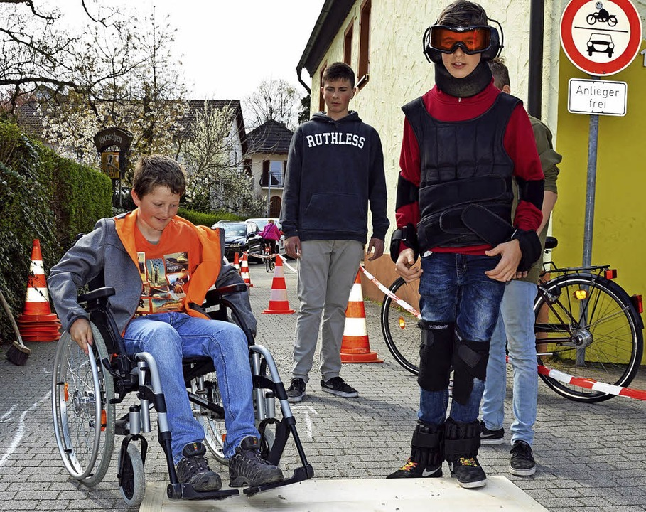 Viele Räder standen im Schatten vom Ki...en Preis für das Kinder-Mountainbike.     Foto: Gerhard Lück