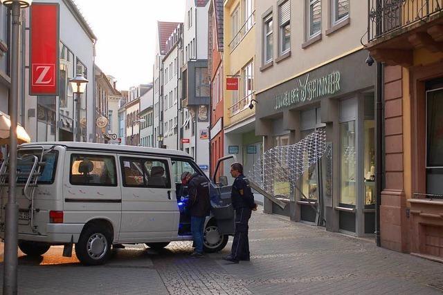 Diebe rammen Tür mit gestohlenem VW-Bus: Erneut Überfall auf Juwelier Spinner in Offenburg