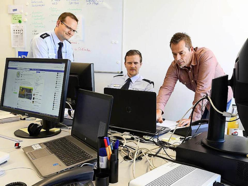 Jerry Clark, Thomas Spisla und Thomas ...stelle des Polizeipräsidiums Freiburg.    Foto: Ingo Schneider