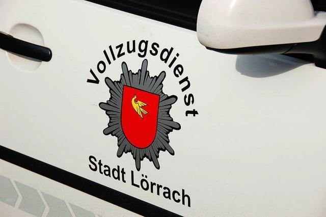 Falschparker fährt in Lörrach Kontrolleur über den Fuß
