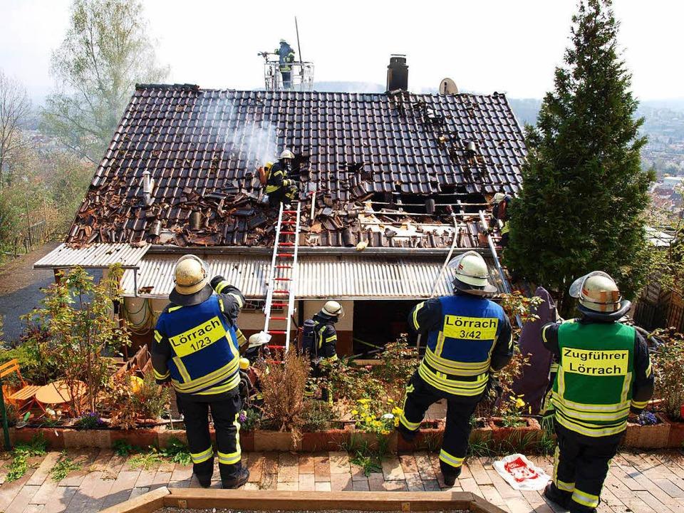 Das ganze Dach des Einfamilienhauses ist schwer in Mitleidenschaft gezogen.  | Foto: Paul Schleer