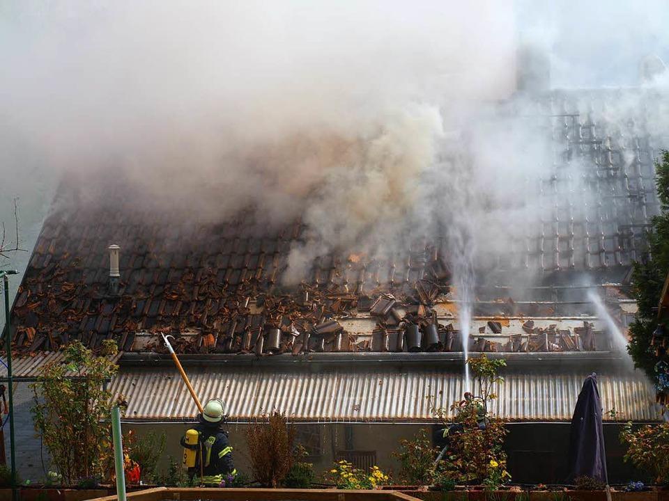Rauch und fallende Ziegel machten die ... her es schwer den Brand zu bekämpfen.  | Foto: Paul Schleer