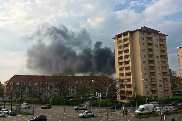 3 Gasflaschen explodieren auf Neubaudach in Freiburg
