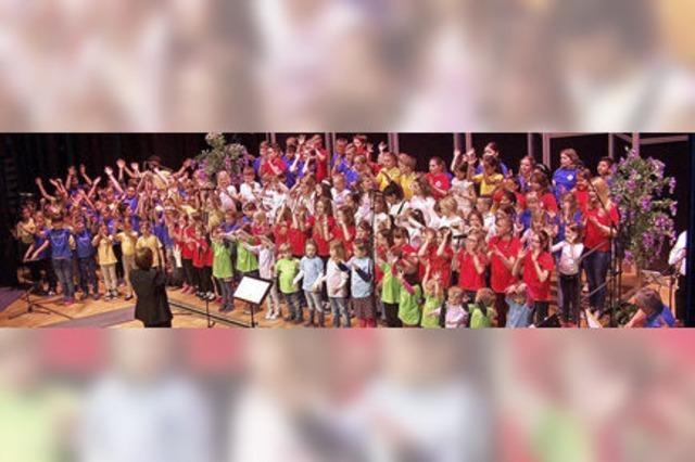 130 Kinderstimmen erklingen gemeinsam