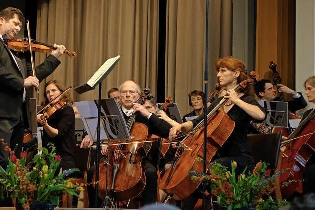 Das Philharmonische Orchester Riehen spielte mit Dirigent und Geigen-Solist Jan Sosinski