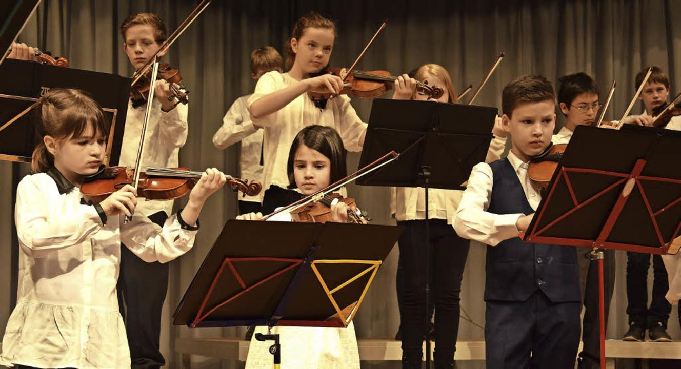 Junge Musiker auf der Bühne: In Rötenb...sten Streicher einen großen Auftritt.   | Foto: Rothfuss