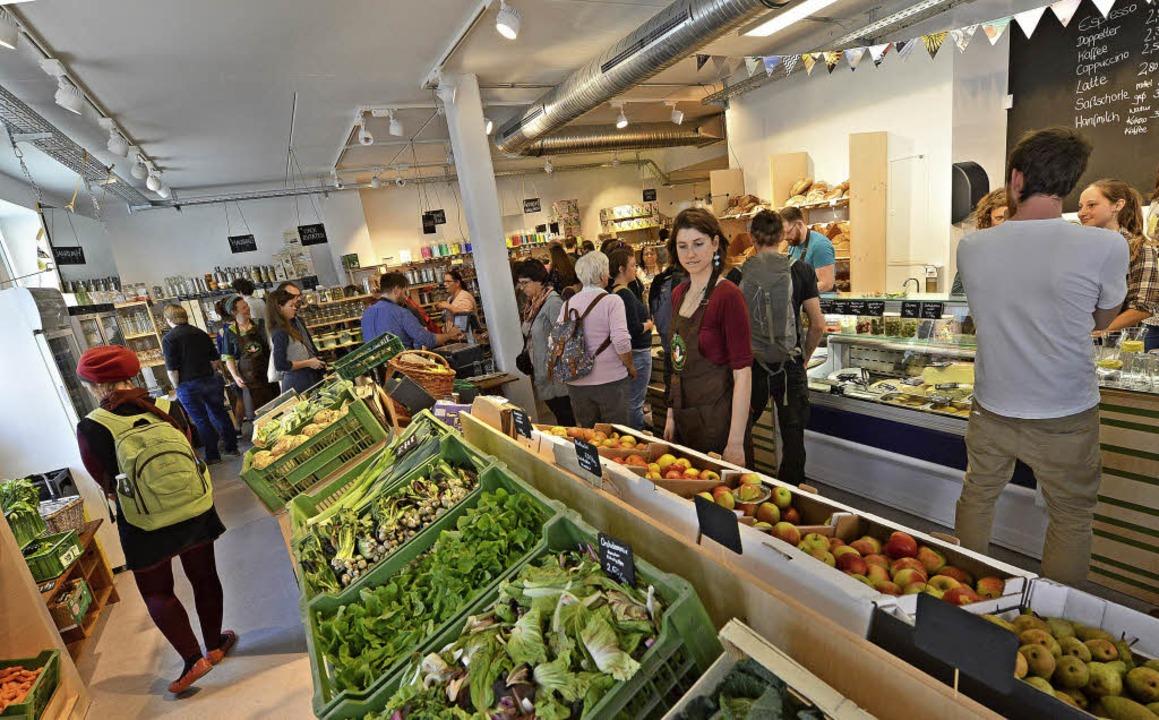Bei der Eröffnung am Samstag war die &...ich viele neugierige Kunden dort um.    | Foto: Rita Eggstein