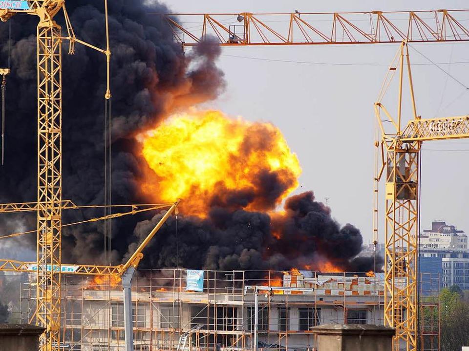 Beim Brand sind drei Gasflaschen explodiert.  | Foto: Valerie Abrams