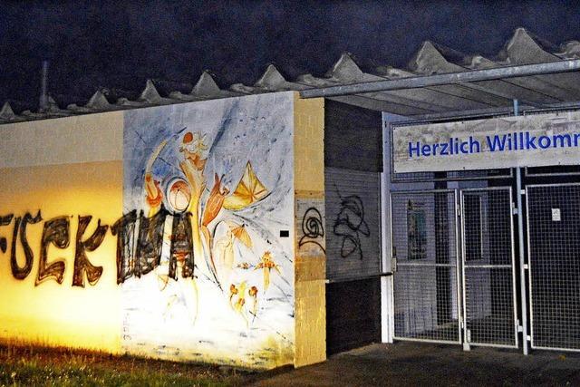 Rheinschwimmbad: Unbekannte zerstören Wandbild