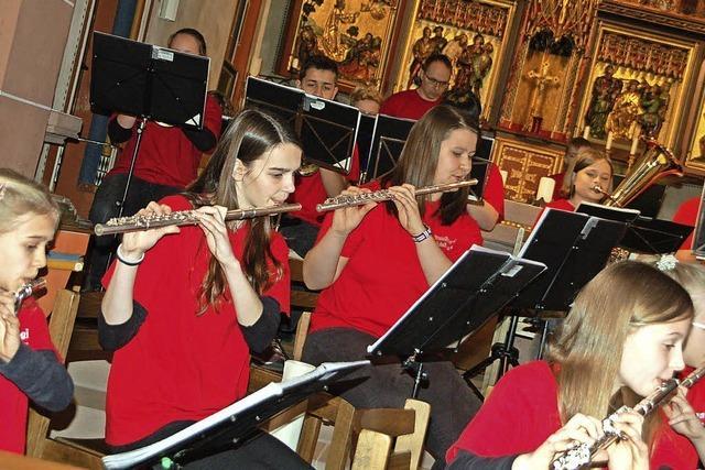 Sieben Orchester-Kids und ein Chor