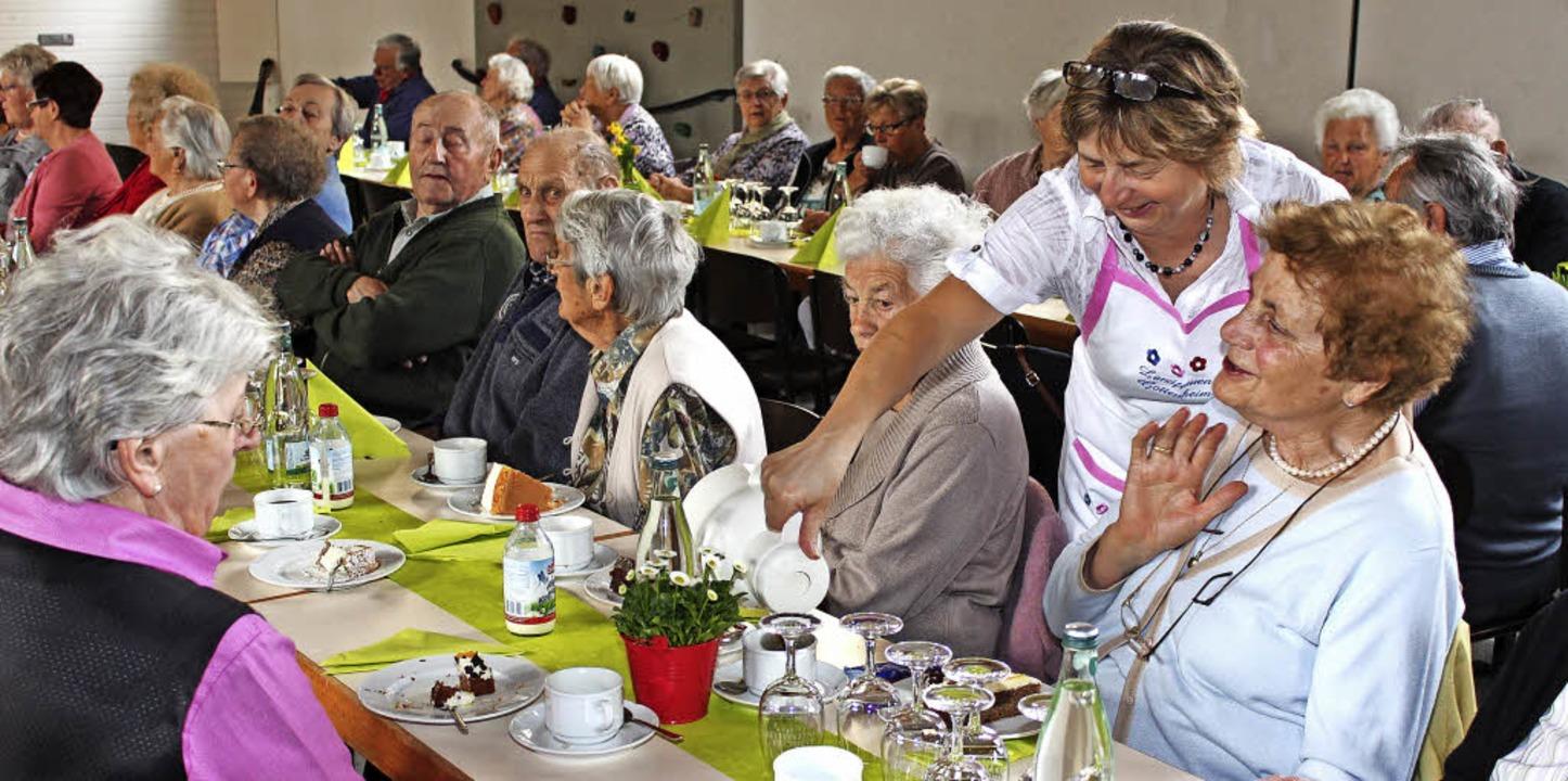 Plaudern bei Kaffee und Kuchen in der Gottenheimer Turnhalle   | Foto: Mario Schöneberg
