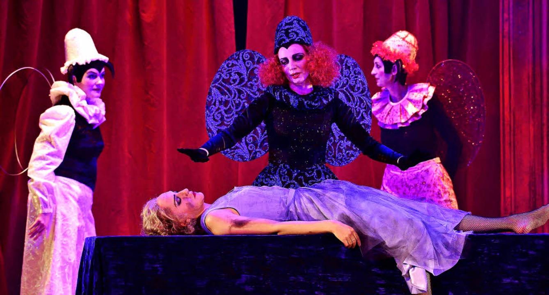 Cendrillon (Kim-Lillian Strebel) im Zauberschlaf   | Foto: Korbel