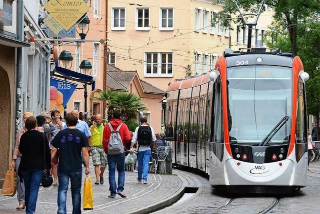 Straßenbahn bleibt am Stadttheater stehen, eine zweite kollidiert mit Auto an Lorettostraße