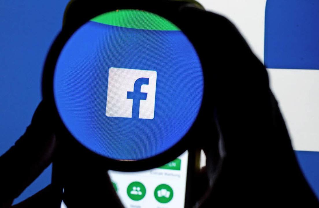 Facebook soll wegen Hasskommentaren künftig mehr unter Kontrolle stehen.   | Foto: dpa