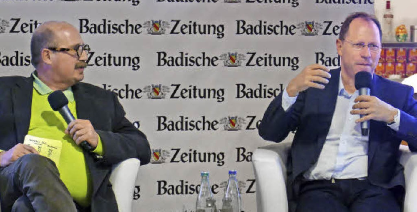 Lokalchef Gerhard Walser (links) und C...zum Umgang mit dem Thema Flüchtlinge.   | Foto: Lena Marie Jörger