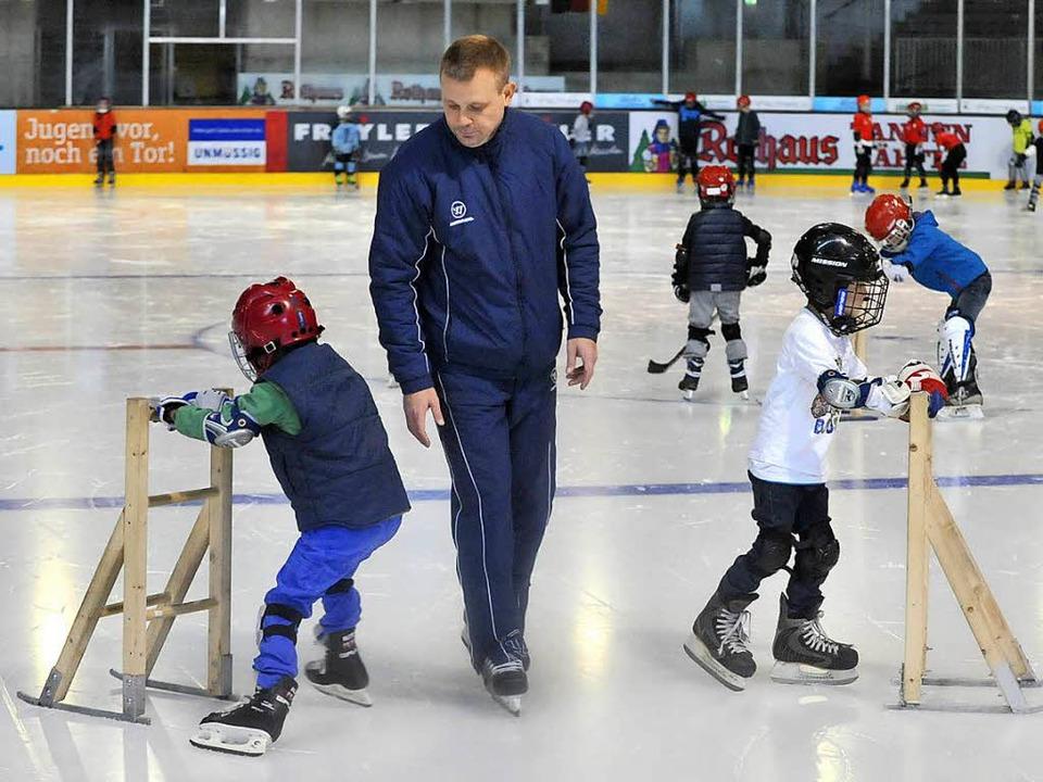 Wieder auf dem Eis für die Wölfe:   Nachwuchstrainer Petr Mares     | Foto: Bamberger