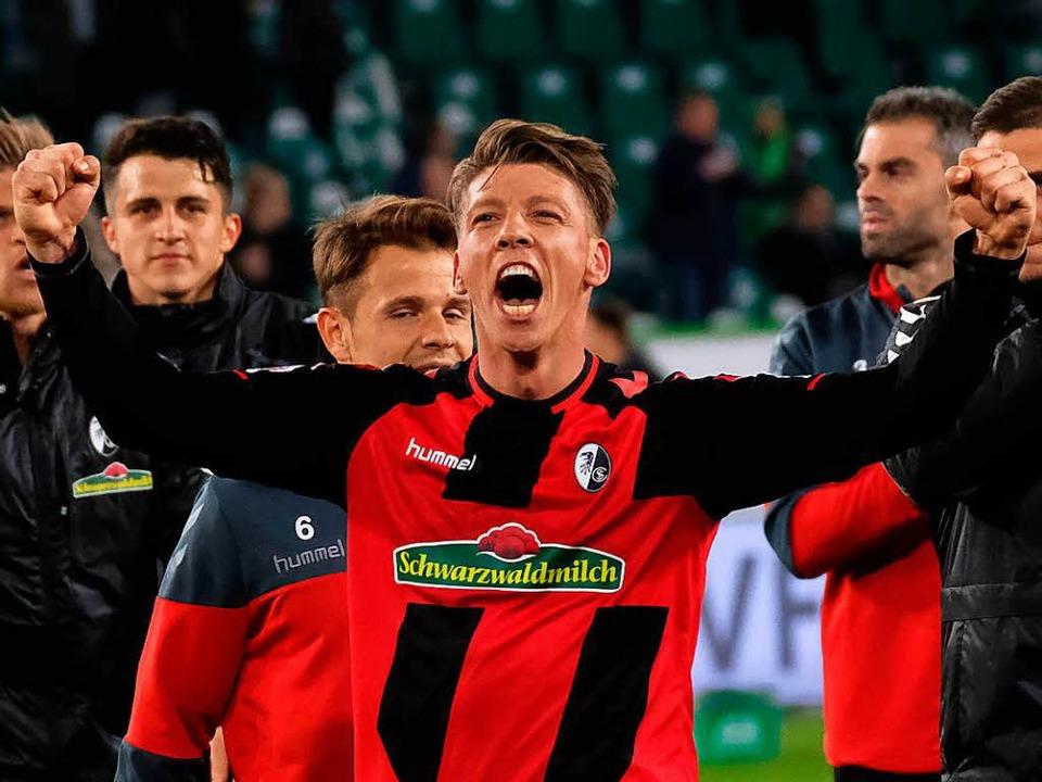 Mike Frantz jubelt nach dem Sieg in Wolfsburg.    Foto: dpa