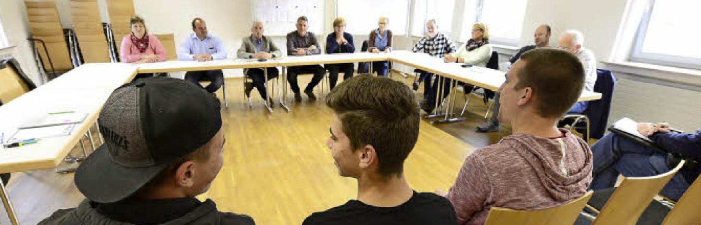 Jugendtreffleiter Sebastian Krämer (re...) und Raoul Tota zur Sitzung gekommen.  | Foto: Ingo Schneider