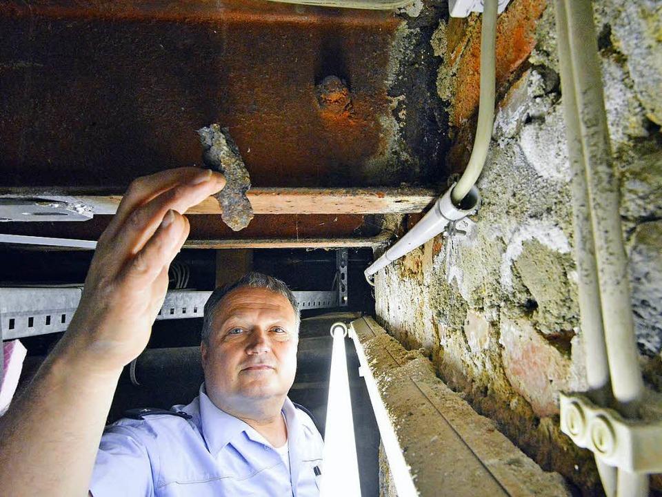 Der JVA-Bereichsdienstleiter  Reiner Bürgelin zeigt die Schäden im Keller.    Foto: Michael Bamberger