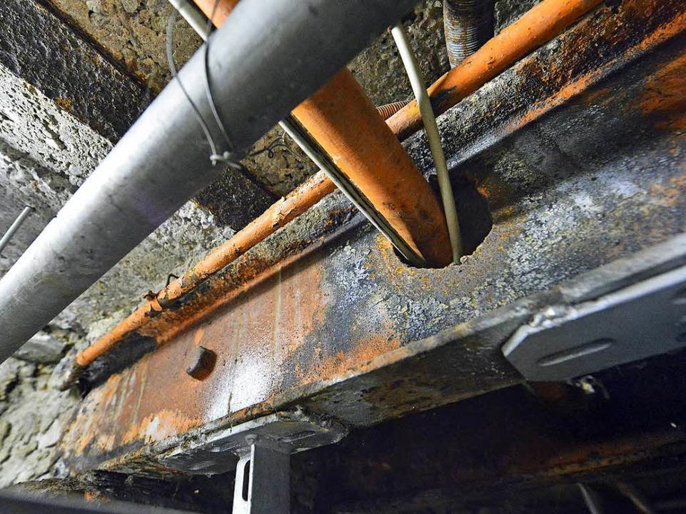 Bedenklich verrostet: Eisenträger unter dem Küchenboden.    Foto: Michael Bamberger