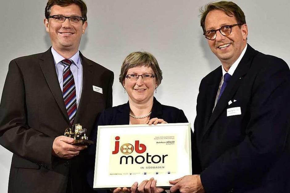 Jobmotor-Sieger Autohaus Böhler (Schopfheim): Michael Böhler (li.) ,  Manuela Böhler-Szemlowski  und Laudator Stephan Karl Schultze (Vizepräsident der IHK Hochrhein-Bodensee. (Foto: Thomas Kunz)