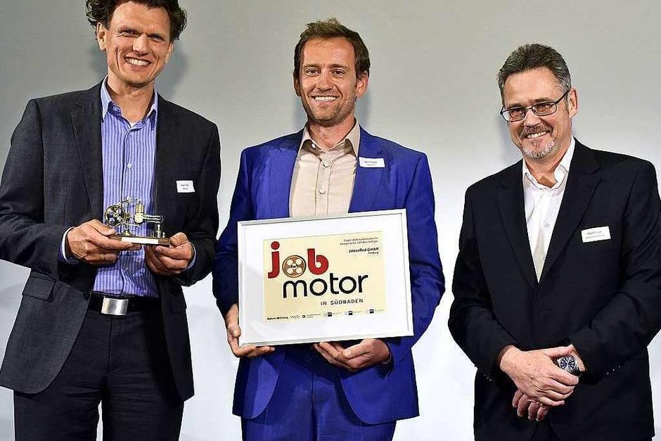 Jobmotor-Sieger Leaserad Freiburg: (v.li.)Holger Tumat, Ulrich Prediger (beide Leaserad Freiburg) und Laudator Ralph Strickler (Badischer Verlag) (Foto: Thomas Kunz)