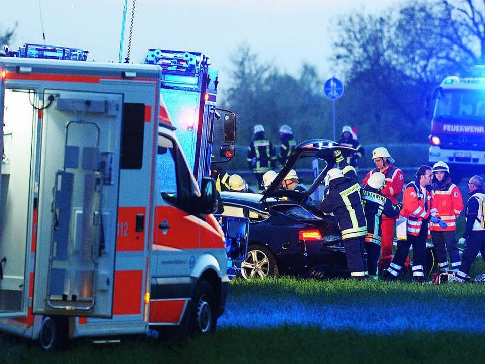 Fünf Menschen wurden bei dem Unfall am Samstagabend schwer verletzt.  | Foto: Patrick Seeger