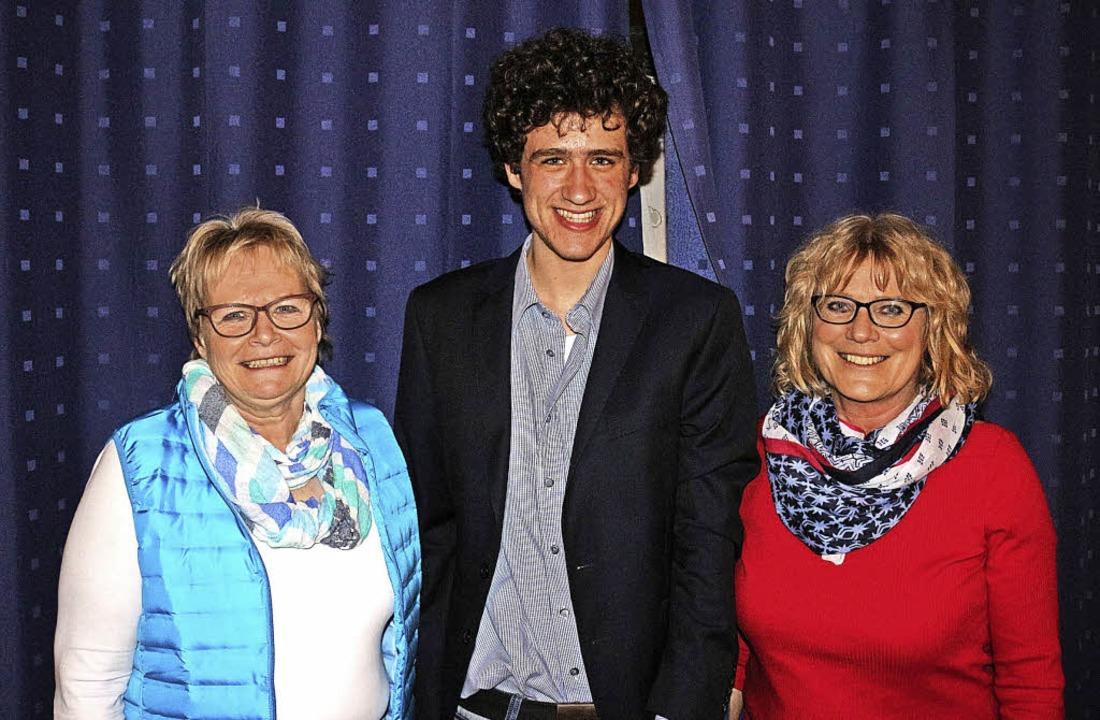Vorsitzende Ingrid Volkers (links) und...it dem neuen Dirigenten David Brooke.   | Foto: Karin Heiss