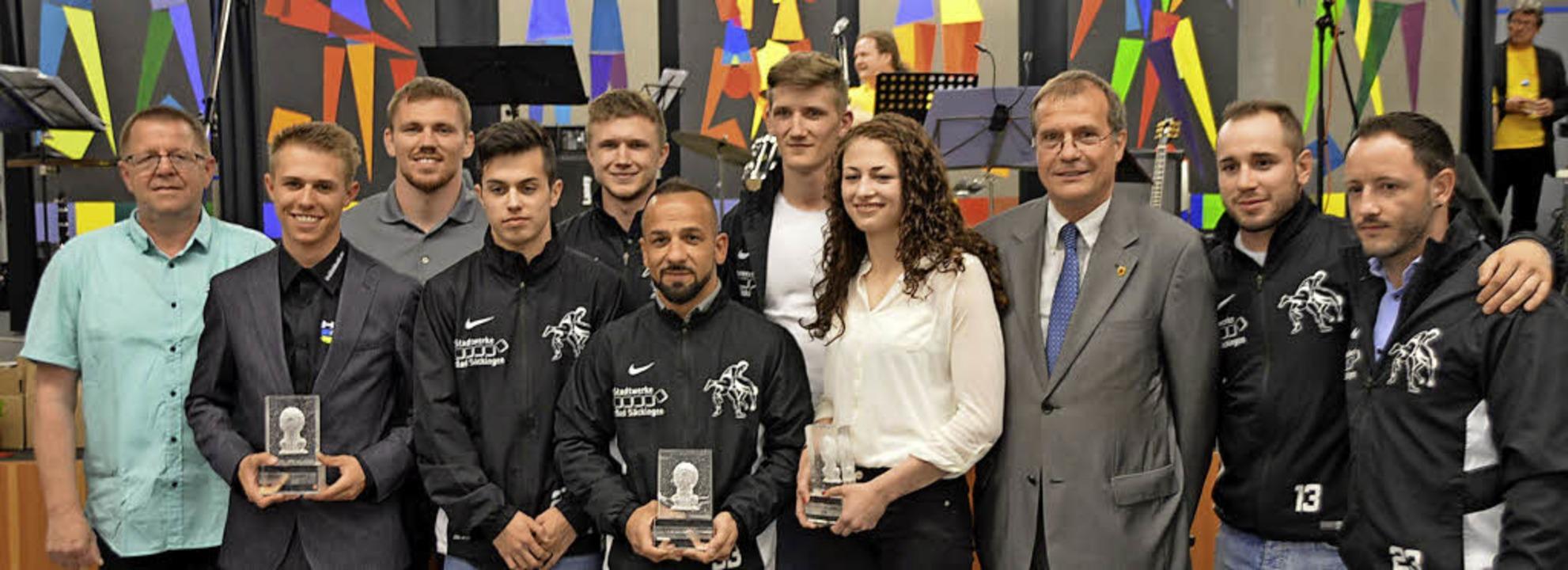 Große Siegerrunde von links: Dieter Wi...berhardt  und die  Mannschaft des KSV.  | Foto: Horatio Gollin