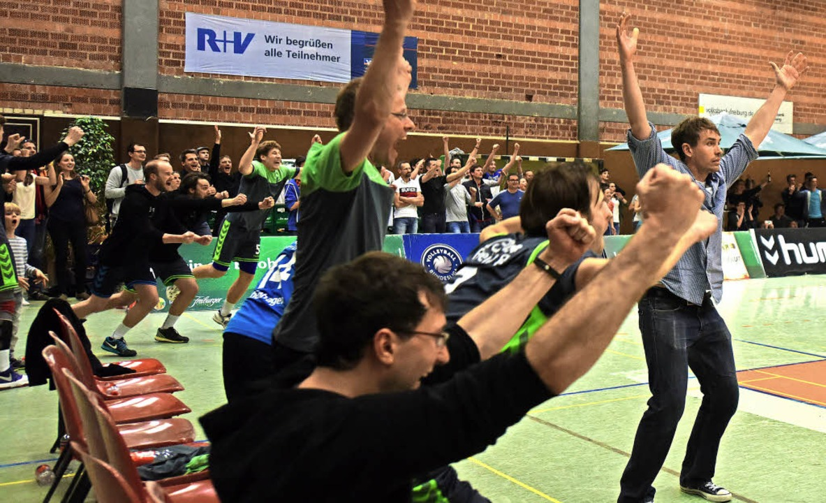Der Augenblick, in dem die Freiburger ... Matchball im Tiebreak die Arme hoch.   | Foto: Patrick Seeger