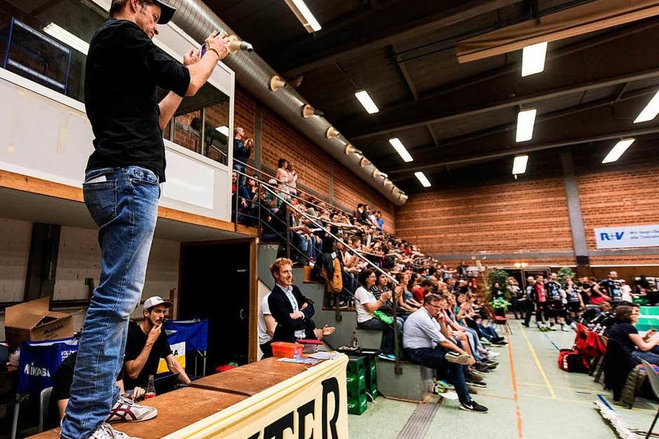 Impressionen rund um den überraschenden 3:2-Erfolg der 1844-Volleyballer in der Burdahalle gegen den Meister VC Eltmann. Anschließend wurde Wolfgang Beck für elf Jahre als Freiburger (Spieler-) Trainer geehrt. (Foto: Patrick Seeger)