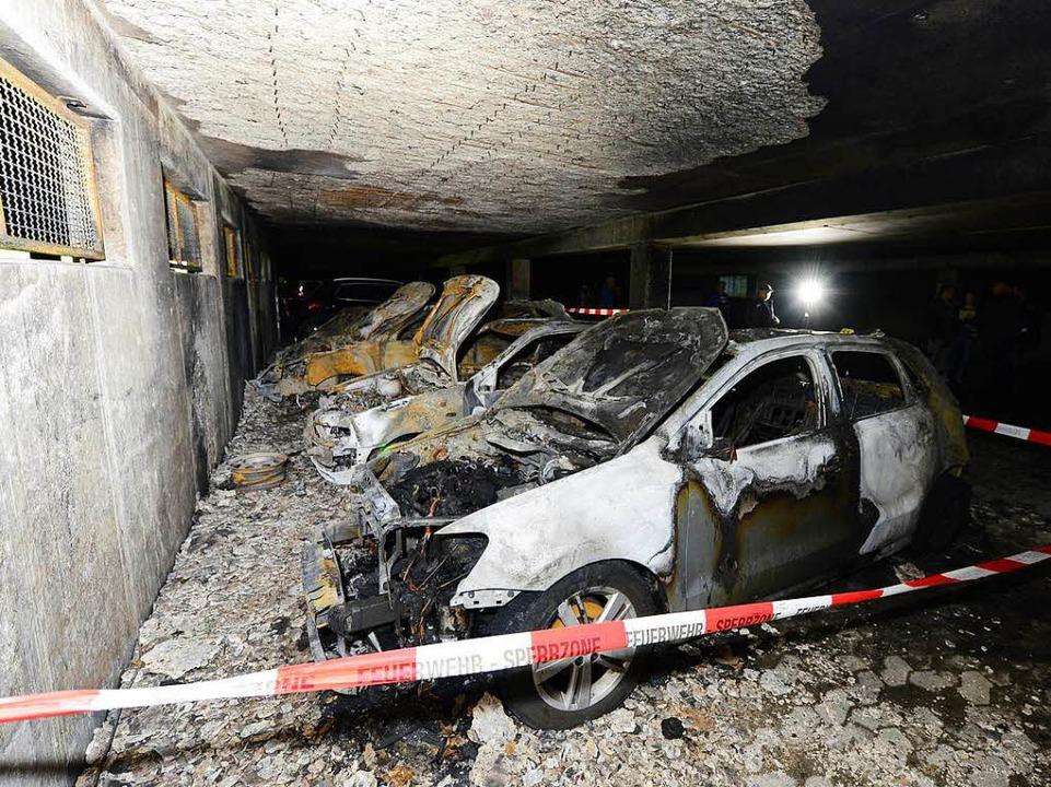 In einer Tiefgarage eines Wohnblocks i... Unbekannter mehrere Autos angezündet.  | Foto: Ingo Schneider