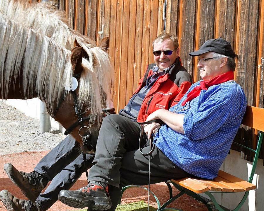 Bei der Stutbuchaufnahme bleibt auch Zeit für ein Gespräch im Sonnenschein.  | Foto: Wolfgang Scheu