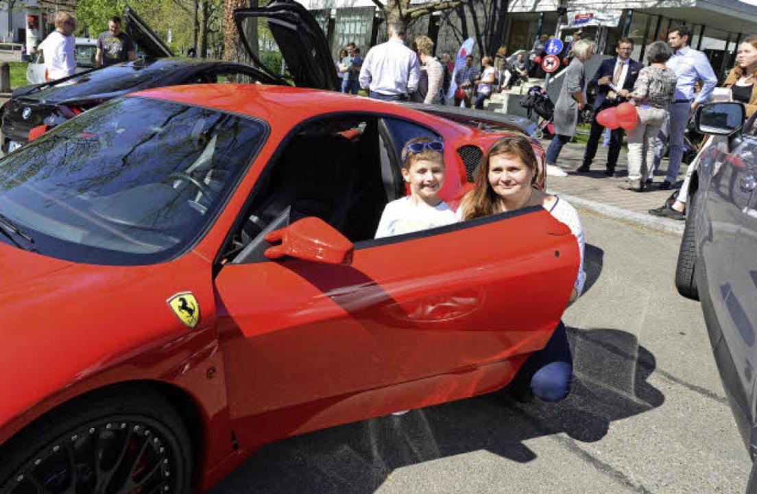 Der Vierjährige Louis – hier mit...–  durfte im Ferrari mitfahren.   | Foto: Rita Eggstein