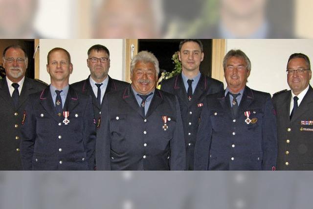 Urkunden für engagierte Feuerwehrmänner