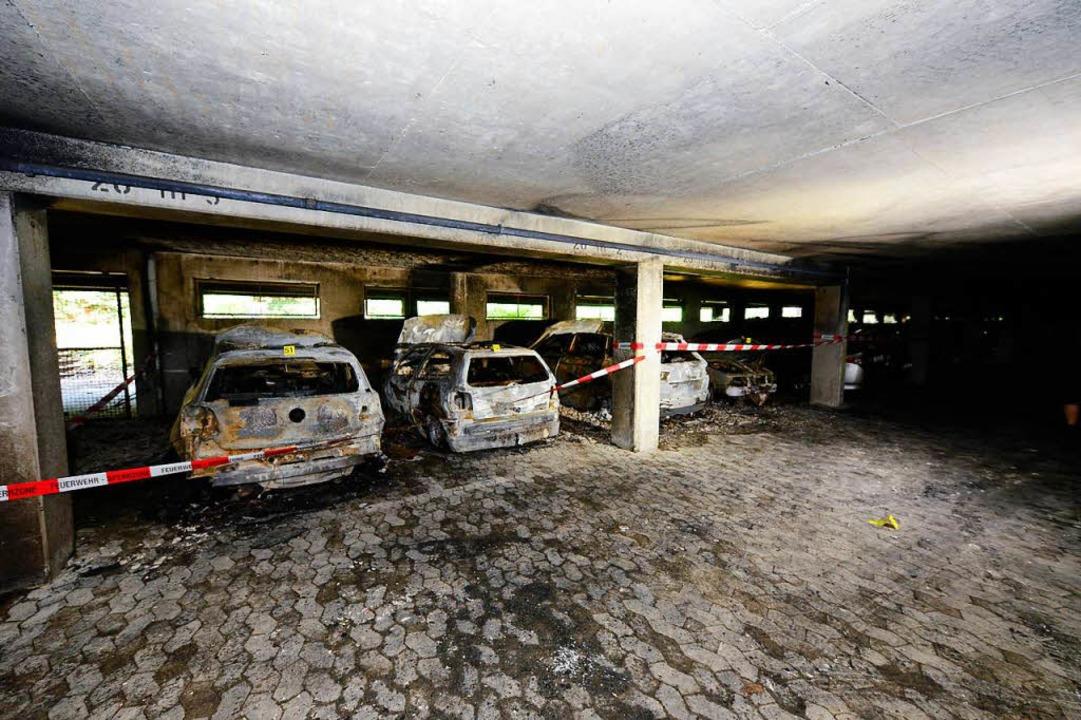 Bei dem Brand in einem Hochhaus in Fre...sser wurden fünf Autos total zerstört.    Foto: Ingo Schneider