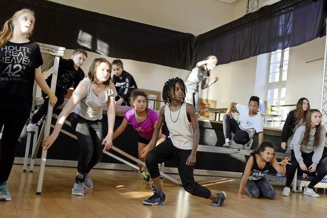 Junge Tänzerinnen und Tänzer zeigen Superkräfte auf der Bühne