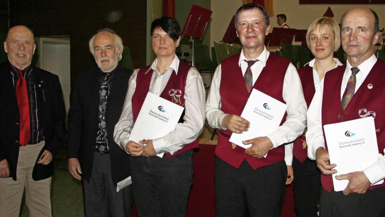 Maria Gutmann (Zweite von rechts) ehrt...hmüller und  Hubert Schneider geehrt.     Foto: Herbert Trogus