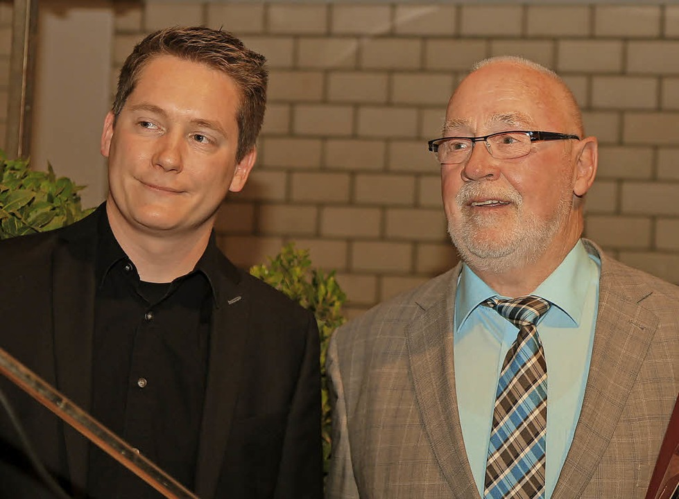 Der Vorsitzende  Philipp Köbele (links...ren als aktiver Musiker verabschiedet.  | Foto: Sandra Decoux-Kone