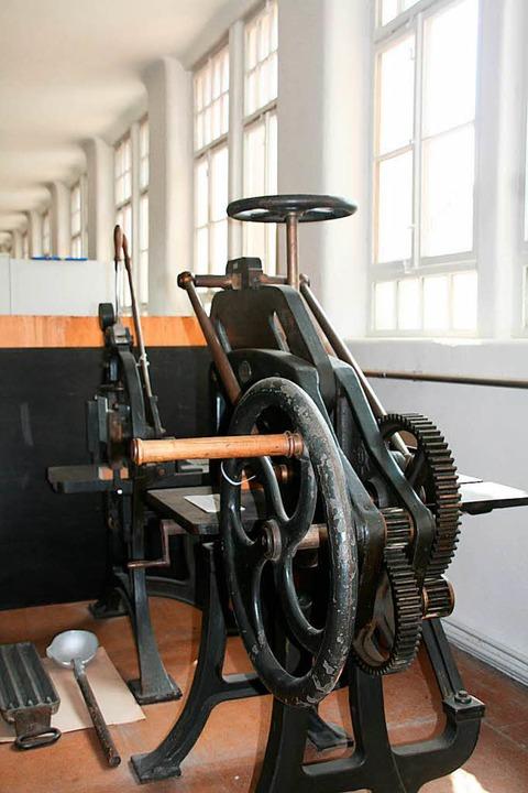 Eine alte Papierschneidemaschine – auch sie gibt es zu sehen.  | Foto: Marlies Jung-Knoblich