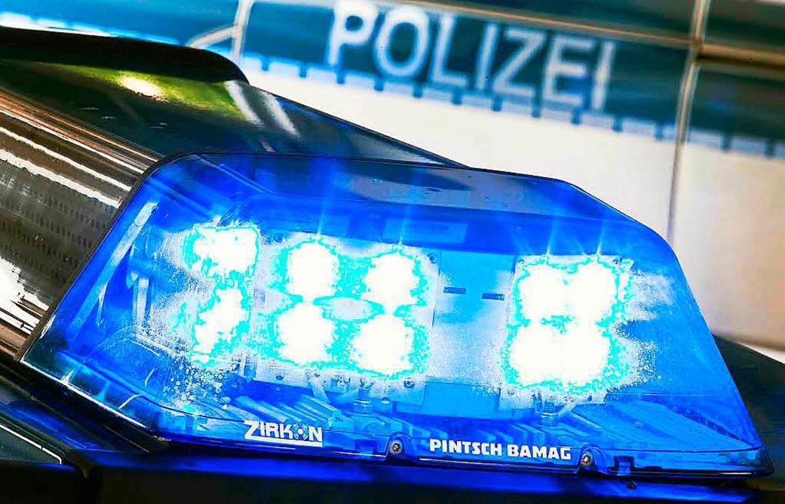 Die Polizei sucht einen Radfahrer, der...30 auf der Kreisstraße überholt wurde.  | Foto: Dpa