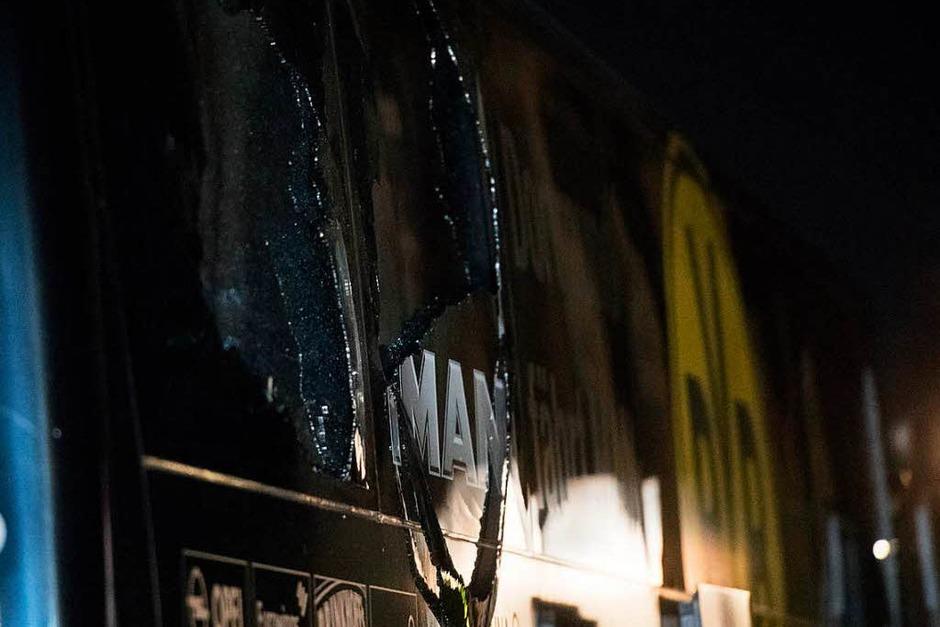 Die zerstörte Scheibe des Mannschaftsbusses (Foto: dpa)