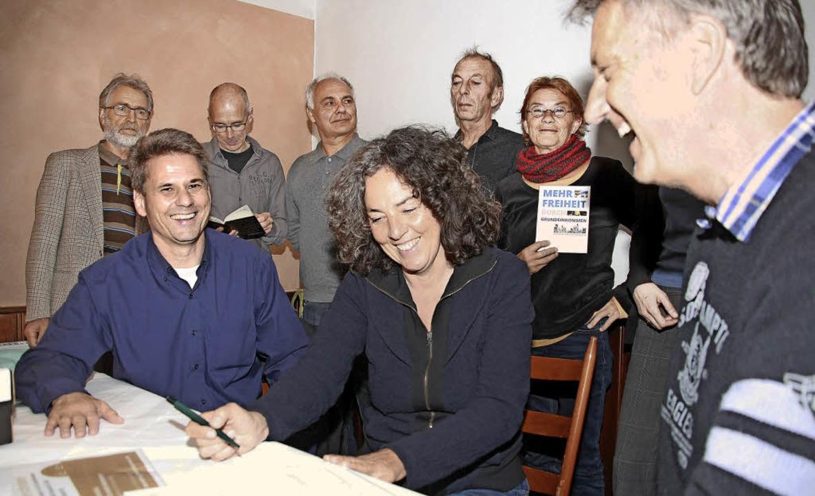 Von links: Dieter Heß (Bündnis Grundei...pathisanten und Neugierige versammelt.  | Foto: Babette Staiger