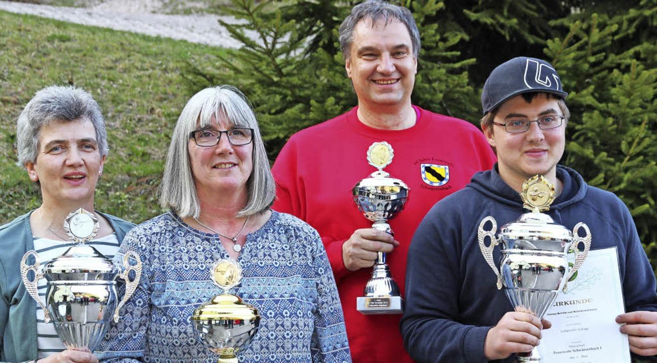 Strahlende Sieger des Vereins-, Betrie...lmann von der Feuerwehr Schwärzenbach.  | Foto: Eva Korinth