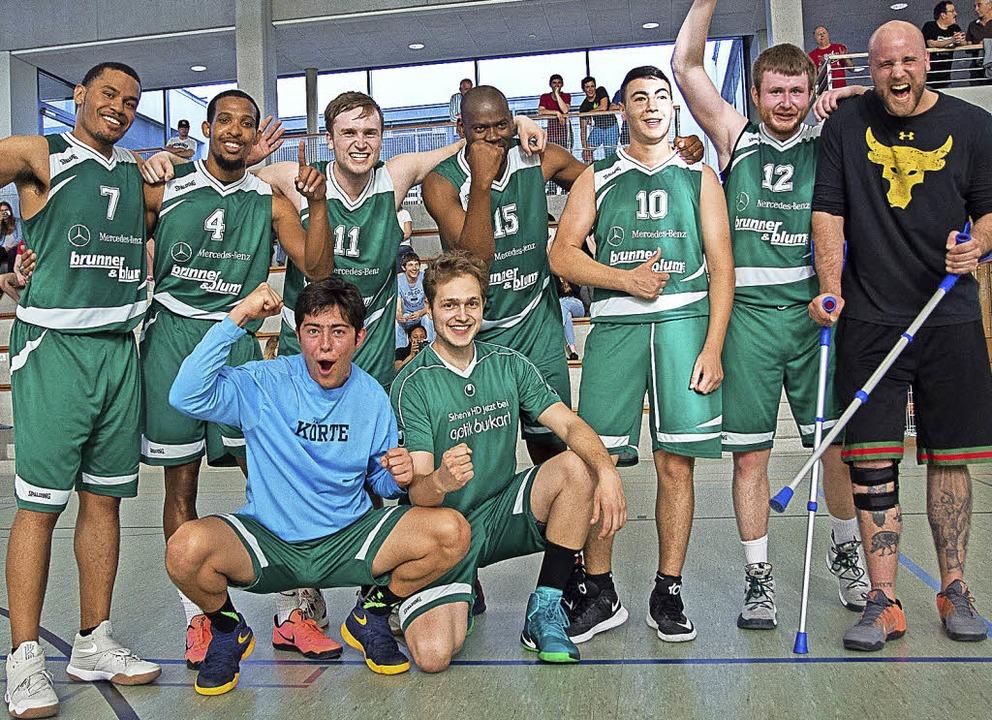 Die Stunde der Sieger: der CVJM mit Trainer Matthias Blum (rechts)   | Foto: vfma