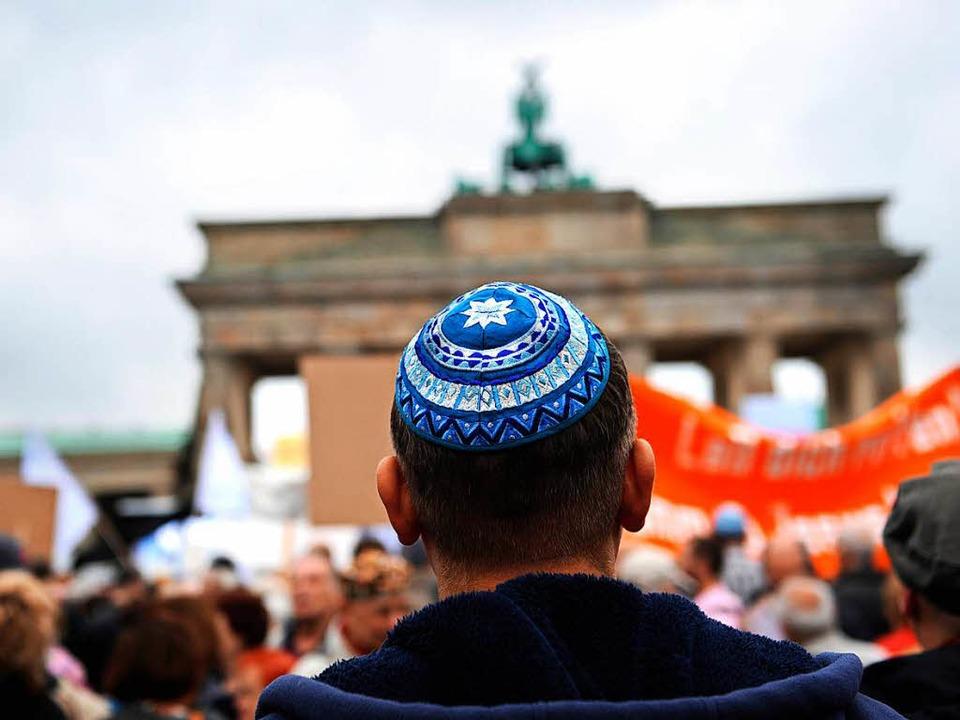 Vor dem Brandenburger Tor demonstriert...olidarität mit dem gemobbten Schüler.   | Foto: dpa