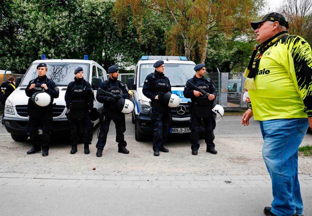 Wer hat den Anschlag auf den BVB-Bus verübt? Die Polizei ermittelt.    Foto: AFP
